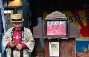 Un artiste de Kamishibai au Japon. Photo par Aki Sato. Wikimédia.